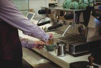 Mittelteil des Mannes bereitet Kaffee im Café zu — Stockfoto
