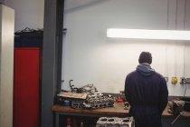 Rear view of mechanic working in repair garage — Stock Photo