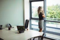 Empresaria hablando por teléfono móvil en la oficina - foto de stock