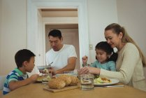 Héhé, prendre des repas sur la table à manger à la maison — Photo de stock