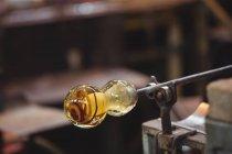 Close-up de vidro fundido em tubo de sopro na mesa marver na fábrica de sopro de vidro — Fotografia de Stock