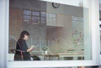 Бизнес-руководитель с помощью цифрового планшета в офисе — стоковое фото