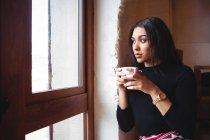 Nachdenkliche Frau bei einer Tasse Kaffee im Café — Stockfoto