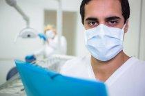Портрет стоматолог в хірургічну маску в стоматологічній клініці — стокове фото