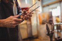 Закри митець проведення щипці glassblowing заводу — стокове фото