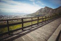 Живописный вид на деревянный пешеходный мост в горной местности — стоковое фото