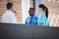 Ärzte und Krankenschwester interagieren im Krankenhaus miteinander — Stockfoto