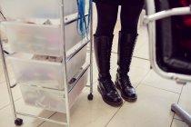 Baixa seção de mulher em botas — Fotografia de Stock