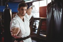 Karatê executando postura de karatê no estúdio de fitness — Fotografia de Stock