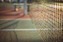 Крупный план сети в теннисном корте — стоковое фото