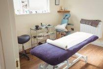 Empty examination bed in dry needling clinic — Stock Photo