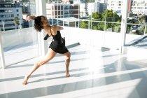 Portrait de danseuse pratiquant la danse contemporaine en studio — Photo de stock