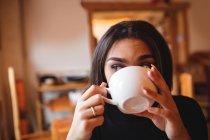 Mulher bebendo café no café — Fotografia de Stock
