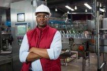 Портрет впевнено чоловік співробітника, стоячи в обробній промисловості — стокове фото