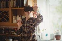 Frau erlebt Virtual-Reality-Headset in Küche zu Hause — Stockfoto