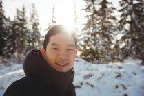 Портрет улыбающегося мужчины в теплой одежде зимой — стоковое фото