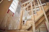 Сходи споруджуваному будинку — стокове фото