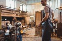 Митець формування розплавленого скла на заводі glassblowing — Stock Photo