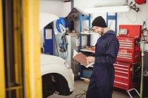 Руководство по механическому чтению в ремонтном гараже — стоковое фото