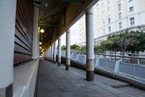 Vista urbana da passarela que passa por edifícios de escritórios no distrito de negócios — Fotografia de Stock