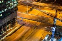 Vista aérea de la calle y el edificio de oficinas en el distrito de negocios por la noche - foto de stock