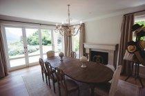 Leerer Esstisch und Stühle zu Hause — Stockfoto