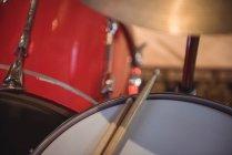 Крупный план барабана с барабанными палочками в студии звукозаписи — стоковое фото