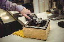 Крупный план по извлечению кофе с помощью портативного фильтра — стоковое фото