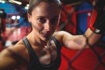 Портрет женщины-боксера в фитнес-студии — стоковое фото