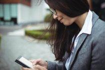 Gros plan de femme d'affaires à l'aide de téléphone portable — Photo de stock