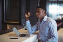 Empresario usando portátil en la oficina — Stock Photo