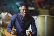 Geschäftsmann benutzte Handy im Büro-Café — Stockfoto