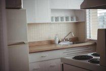 Vista interior de la cocina moderna vacía - foto de stock