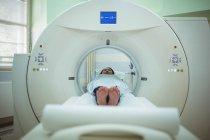 Paciente sometido a una tomografía computarizada en el hospital - foto de stock