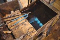 Primer plano de la herramienta de soplado de vidrio en la fábrica de soplado de vidrio - foto de stock