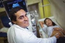 Пациентка получает УЗИ желудка в больнице — стоковое фото
