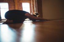Mulher praticando ioga crianças posar no estúdio de fitness — Fotografia de Stock