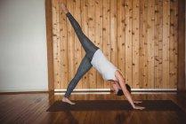 Взрослая женщина занимается йогой в фитнес-студии — стоковое фото