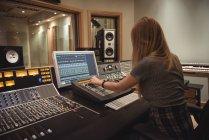 Engenheiro de áudio usando misturador de som no estúdio de gravação — Fotografia de Stock