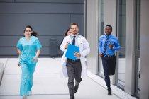 Ärzte und Krankenschwestern eilen zum Notfall in Krankenhausgebäude — Stockfoto