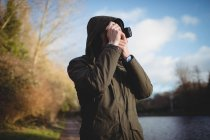 Mann fotografiert mit Kamera in Ufernähe — Stockfoto
