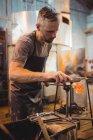 Ventilador de vidro moldando um vidro fundido na fábrica de sopro de vidro — Fotografia de Stock