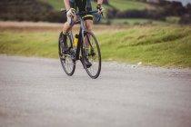 Низкая часть атлета езда на велосипеде по проселочной дороге — стоковое фото