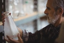 Glassblower examinando artigos de vidro na fábrica de sopro de vidro — Fotografia de Stock