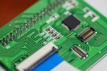 Close-up de uma placa de circuito com microchips — Fotografia de Stock