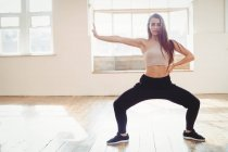 Красивая женщина, практикующая хип-хоп танец в студии — стоковое фото