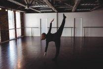 Женщина, практикующая танец в танцевальной студии — стоковое фото