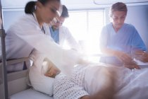 Team di medici che mette maschera di ossigeno su un volto maschile di paziente anziano in ospedale — Foto stock