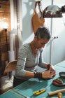 Artisane attentif travaillant dans l'atelier — Photo de stock