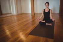 Жінки, які практикують йогу в фітнес-студія — стокове фото